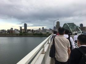 新淀川大橋を一列になり、歩く。上空には3台もの取材ヘリ。音がうるさい。